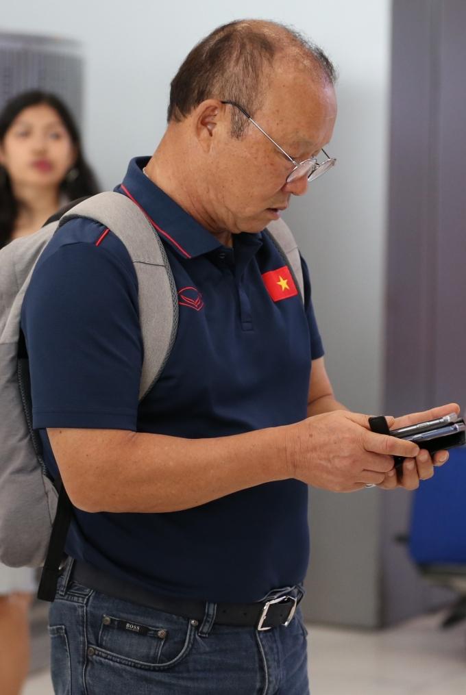 <p> HLV Park cùng trợ lý Lee Young-jin đáp chuyến bay sang Trung Quốc để hội quân cùng U22, chuẩn bị cho trận giao hữu với đội bóng của HLV Guus Hiddink 3 ngày sau đó. Cầu thủ duy nhất đi cùng với ông là Nguyễn Tiến Linh.</p>