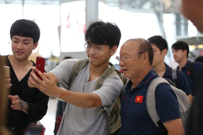 <p> HLV Park Hang-seo vui vẻ chụp ảnh cùng người hâm mộ.</p>