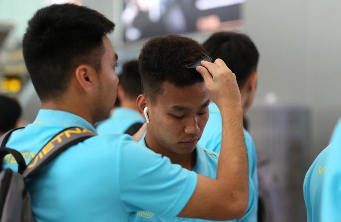 <p> Đức Huy trổ tài chải tóc cho Văn Thanh. Hai chân sút tạo không khí vui vẻ cho các đồng đội.</p>