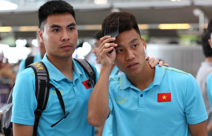 <p> Tại sân bay, các cầu thủ pha trò nghịch ngợm với nhau. Kết quả hòa vừa qua không phải quá tệ nên tâm trạng các chàng trai khá tốt.</p>