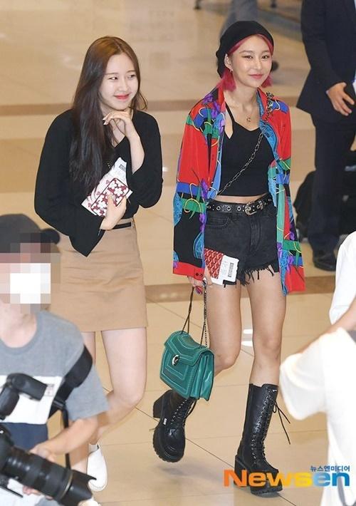 Hye Bin chơi trội với mái tóc đổ, gu thời trang độc đáo.