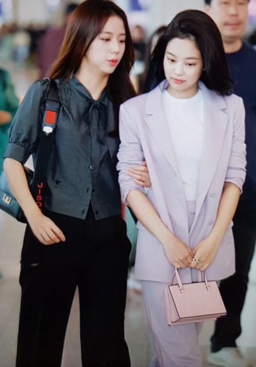 Jennie thể hiện đẳng cấp fashionista với bộ suit hồng của thương hiệu Danielle Cathari, túi của Loewe có giá 1.675 USD (khoảng 38,8 triệu đồng).