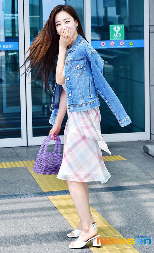 Tulip Beads Tote Bag – Violet cũng là mẫu túi mà Eun Jung lựa chọn, item phối màu hoàn hảo với chiếc đầm kẻ của cô nàng.