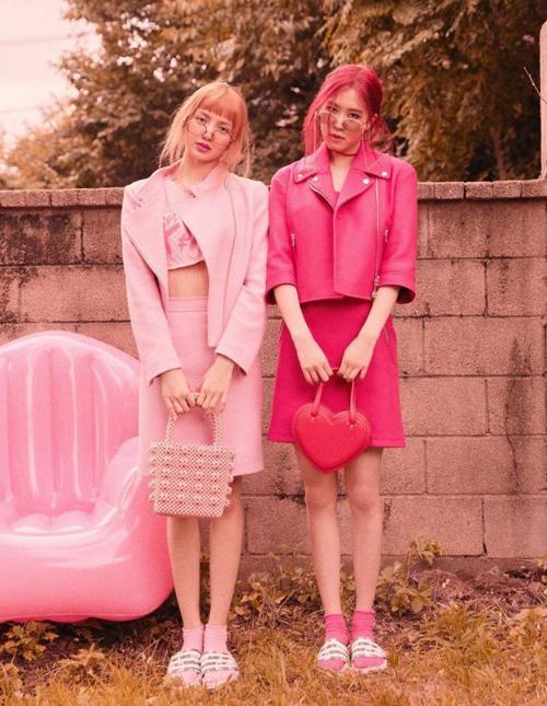 Lisa cũng lựa chọn túi kết cườm tông xuyệt tông với set đồ hồng ngọt ngào trong bộ ảnh của tạp chí Vogue