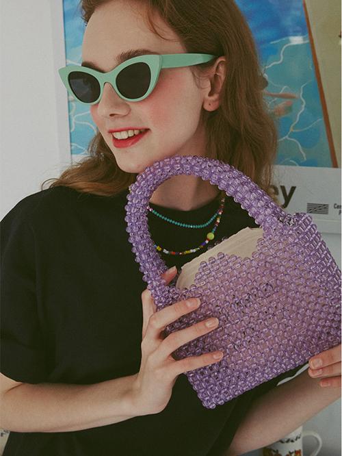 Không chỉ có các sao, giới trẻ Hàn cũng rất yêu thích item này. Mẫu túi kết cườm từ hạt ngọc khiến cho cô nàng càng thêm nữ tính, dịu dàng hơn.