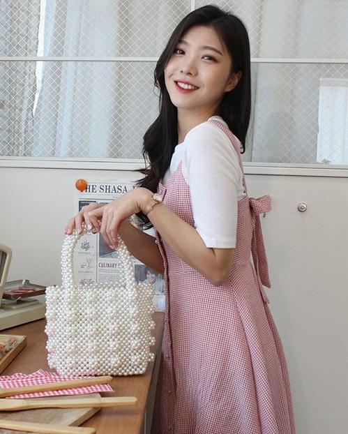 Túi thường có cấu trúc đơn giản như những chiếc tote, mẫu túi hoàn toàn được làm bằng tay -  đính kết từ hàng trăm đến hàng nghìn hạt cườm có màu sắc phong phú, đa dạng. Với sự trở lại lần này, mẫu túi kết cườm được biến tấu mới lạ nhưng vẫn mang chút điệu đà, kiểu cách đầy nữ tính.