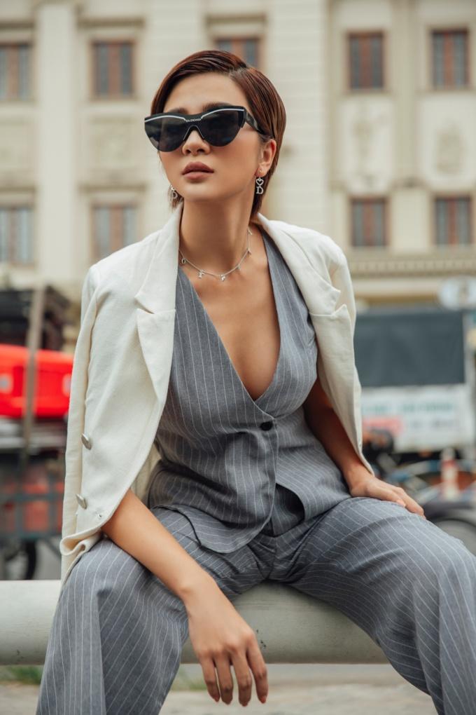 """<p> Kim Tuyến hóa """"cô nàng đẹp trai"""" với áo cắt cúp khoác ngoài một chiếc vest.</p>"""