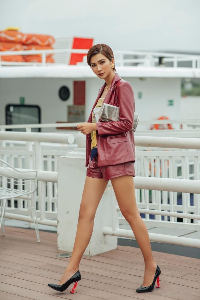 <p> Dù diện đồ cá tính, nữ diễn viên vẫn khoe ưu điểm chân thon dài.</p>