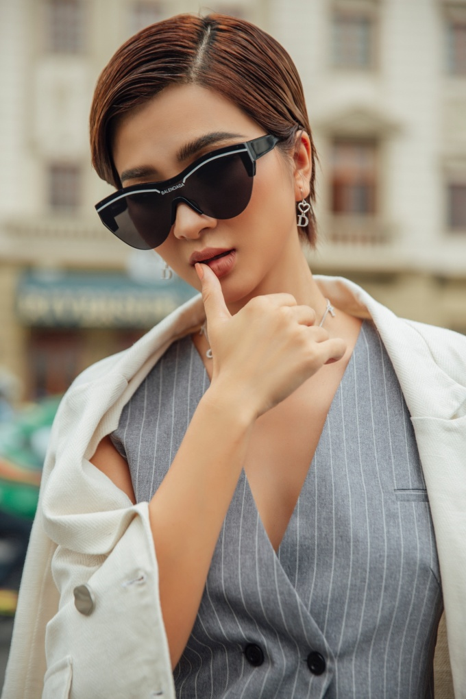 <p> Cô đeo kính đen, khuyên tai mang đến vẻ cá tính tuyệt đối, có phần hơi nổi loạn.</p>