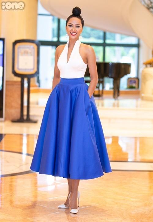 Chiều 17/8, HHen Niê góp mặt tại sự kiện khởi động cuộc thi Hoa hậu Hoàn vũ Việt Nam 2019 tại Hà Nội. Cô xuất hiện với vẻ ngoài nữ tính khi kết hợp áo xẻ cổ sâu kết hợp cùng chân váy chữ A và giày mũi nhọn.