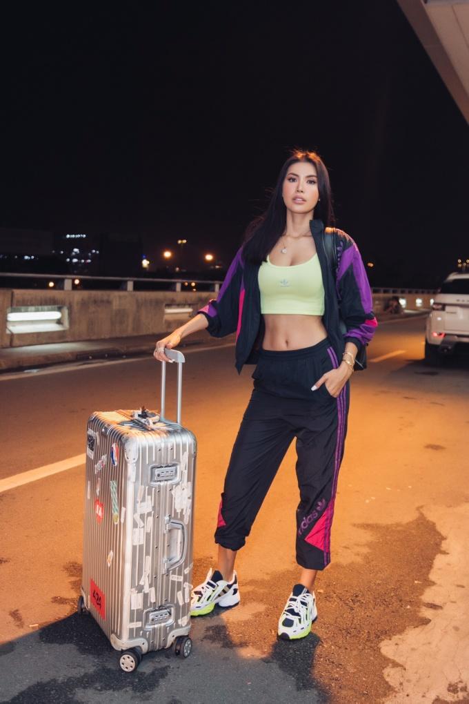 <p> Style toát lên vẻ khỏe khoắn, năng động. Cô cho biết ít khi diện trang phục cầu kỳ trong những chuyến bay dài vì muốn có sự thoải mái.</p>
