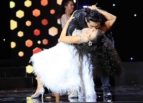 Phương Trinh Jolie - Minh Luân trên sân khấu.