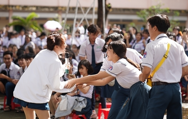 Trịnh Thảo kéo nguyên hội bạn thân đại náo trường cũ - 2
