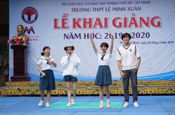 Trịnh Thảo kéo nguyên hội bạn thân đại náo trường cũ