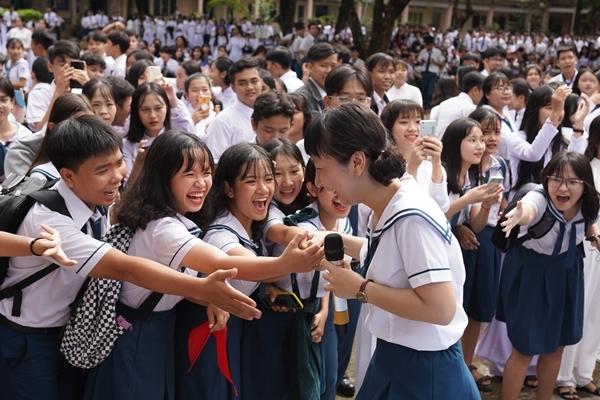 Trịnh Thảo kéo nguyên hội bạn thân đại náo trường cũ - 6