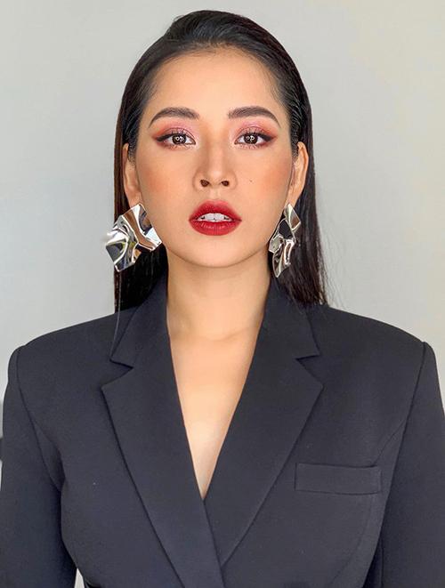 Thời gian gần đây, Chi Pu theo đuổi phong cách mới. Không chỉ ăn mặc táo bạo, gợi cảm hơn, cô nàng cũng được chuyên gia đổi sang lối trang điểm sắc sảo, cá tính.