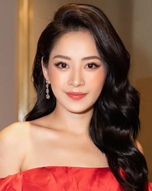 Việc đổi style makeup dần dần theo hướng trưởng thành, sang trọng hơn giúpngười đẹp 26 tuổi ngày càng lên sắc.
