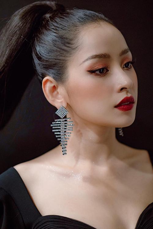 Không đóng khung trong một lối makeup an toàn, Chi Pu thay đổi layout trang điểm liên tục, sử dụng nhiều tông màu đậm, tông nóng để làm điểm nhấn cho gương mặt.