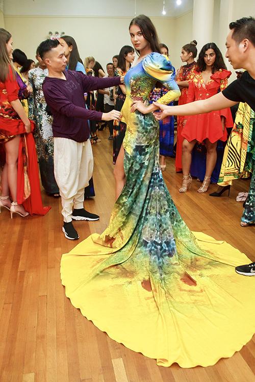 Năm 2017, NTK Đỗ Trịnh Hoài Nam từng gây tiếng vang khi là NTK Việt duy nhất trình diễn BST Sen vàng mở màn New York Couture Fashion Week.