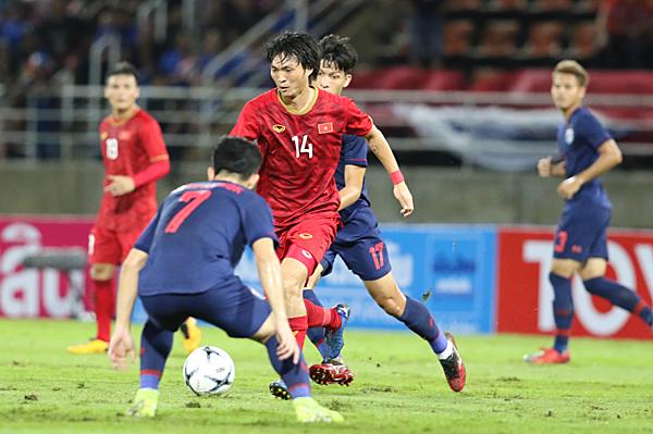 Nguyễn Tuấn Anh trong vòng vây của các cầu thủ Thái Lan. Ảnh: Đức Đồng