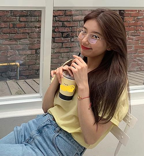 Là mỹ nhân có phong độ thời trang thất thường của Hàn Quốc, Suzy không ít lần bị netizen chê về gu ăn mặc sến sẩm, lộ khuyết điểm body. Tuy nhiên, mỗi lần khoe dáng với áo phông, nữ idol kiêm diễn viên liền toát lên vẻ xinh đẹp, trẻ trung. Gần đây, Suzy khiến fan mê mẩn trong set đồ gồm áo thun vàng nhạt và quần jeans. Cô nàng chọn cách cắm thùng áo phông khiến vẻ ngoài thêm phần thanh lịch.