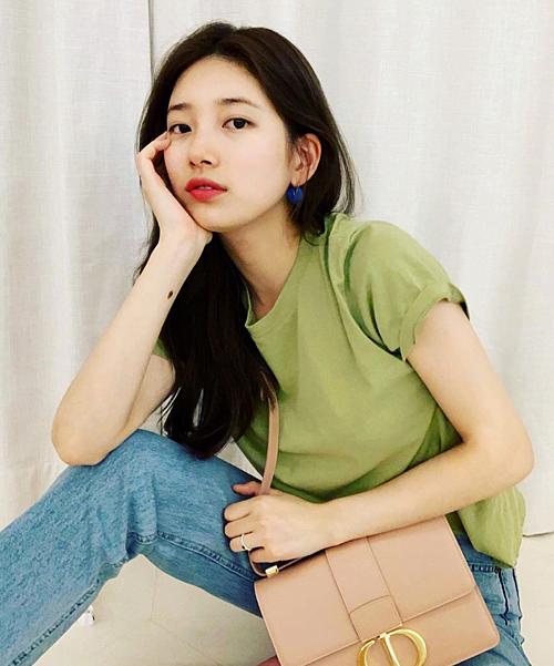 Công thức mặc đẹp với áo phông được Suzy khai thác triệt để. Bạn gái cũ Lee Min Ho nhận được nhiều nhận xét tích cực về style thời trang đơn giản, phóng khoáng này.
