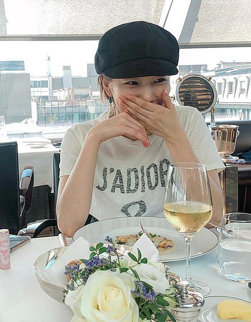 Chiếc áo phông trắng của Dior giúp Suzy thể hiện phong cách ăn mặc sành điệu, tinh tế.