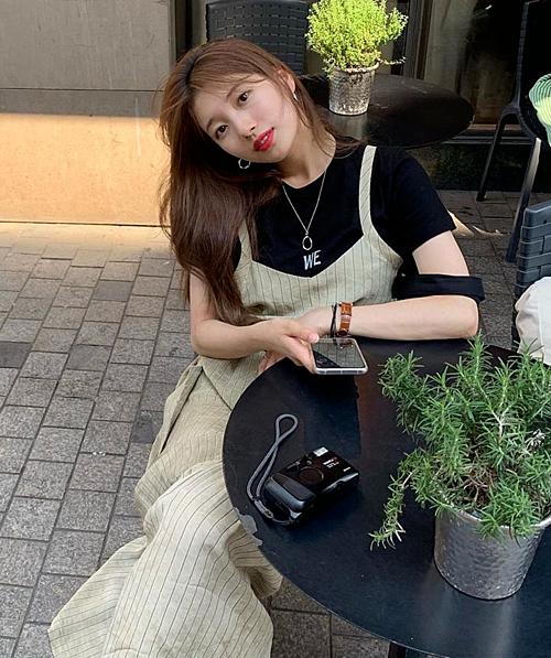 Trong chuyến đi du lịch, cựu thành viên nhóm Miss A khéo léo phối áo phông và váy yếm, tạo nên set đồ dạo phố giản dị, trẻ trung.