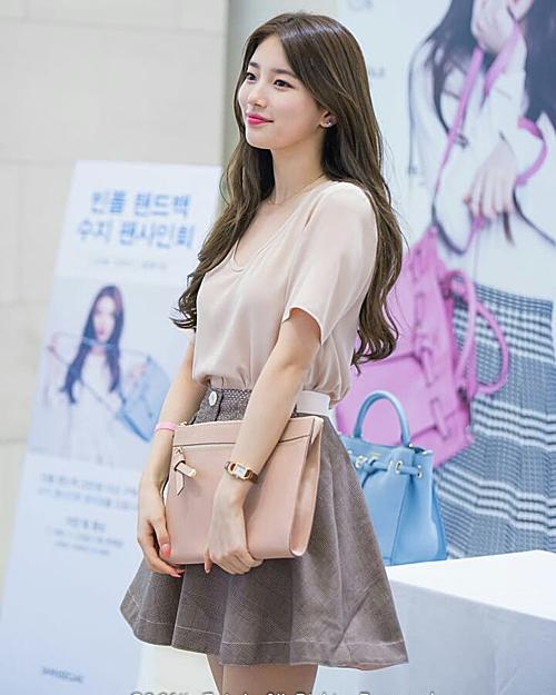 Áo phông trơn còn được Suzy ứng dụng cả lúc đi sự kiện.