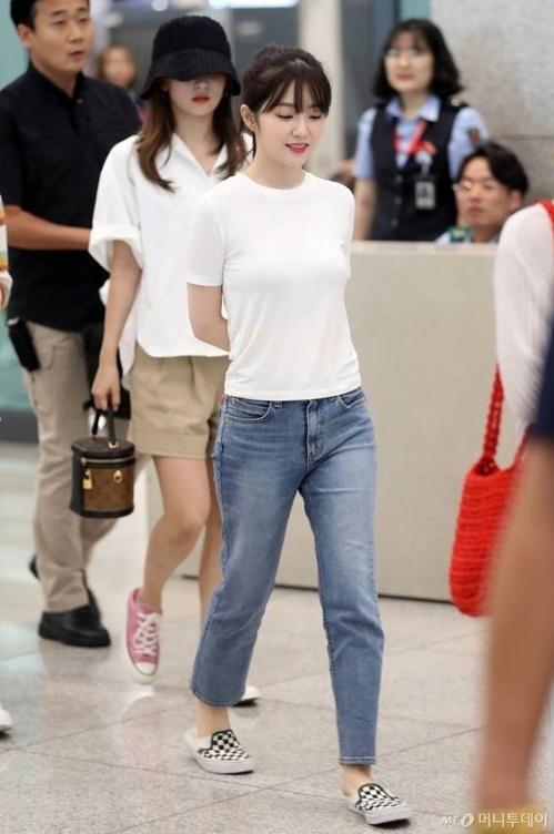 Red Velvet được nhiều người quan tâm khi ra sân bat. Irene lại gây thương nhớ với kiểu tóc buộc cao, áo phông trắng tối giản.