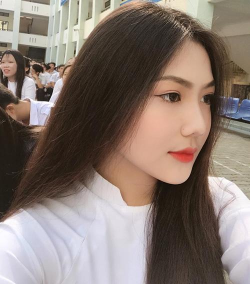 riệu Vy (sinh năm 2002) học tập tại THPT Bình Hưng Hòa, TP.HCM - ngôi trường quy tụ nhiều nữ sinh có nhan sắc nổi bật.