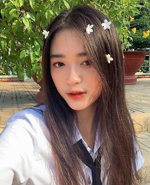Hot girl đến từBình Dương Mai Hà Hoàng Yến tươi tắn trong bộ đồng phục cùng gương mặt phủ tông cam đào trẻ trung.