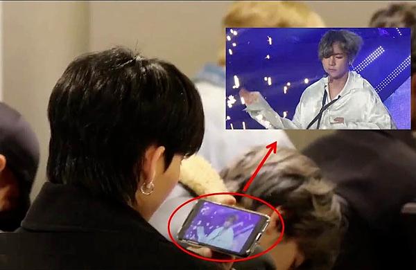 Trong một lần ra sân bay, fan phát hiện Hwall đang ngồi xem fancam của V trên điện thoại. Anh chàng cũng từng tiết lộ rằng, anh rất muốn đứng gần tiền bối V tại hậu trường show âm nhạc nhưng đã nhường cơ hội đó cho Young Hoon.