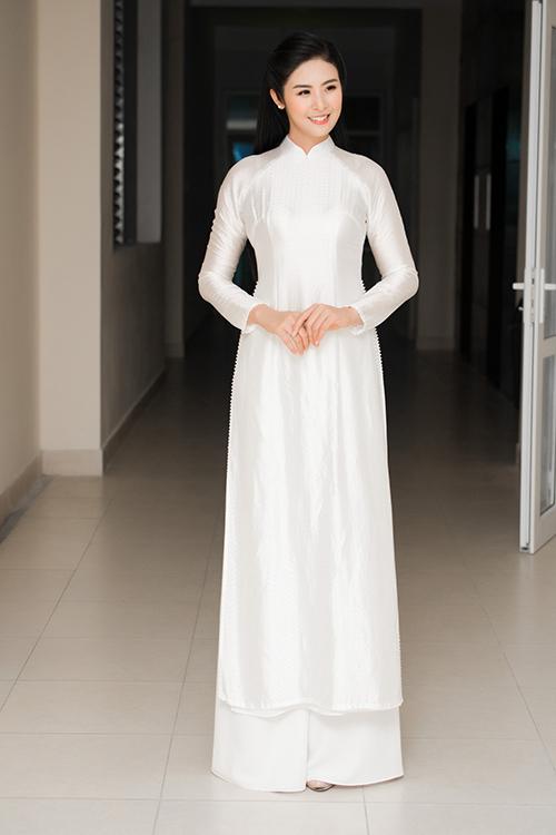 Nhân dịp khai giảng năm học mới, Ngọc Hân về thăm lại trường THPT Trần Nhân Tông (Hà Nội), nơi cô từng gắn bó suốt 3 năm học.