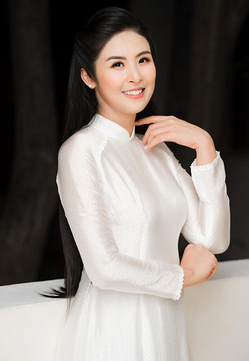 Hoa hậu là khách mời danh dự trong buổi lễ Tuyên dương học sinh giỏi của trường