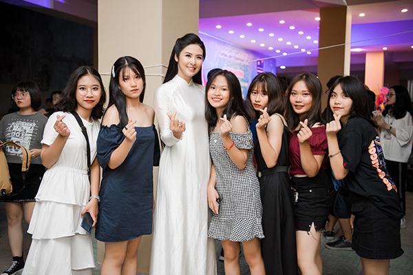 Hoa hậu Việt Nam 2010 thân thiện bên các nữ sinh đàn em.