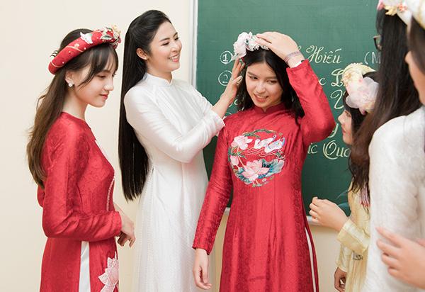 Sự thân thiện, gần gũi của Ngọc Hân khiến mọi người cảm mến. Nhiều em nữ sinh bày tỏ, Hoa hậu chính là hình mẫu phụ nữ để họ phấn đấu.