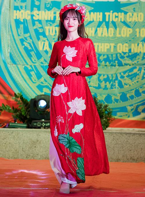 Cách đây hơn 10 năm, Ngọc Hân từng tham gia cuộc thi Học sinh thanh lịch của trường và trổ tài thiết kế trang phục bằng giấy. Lần trở về này, cô đã là một nhà thiết kế thời trang có tiếng và tạo dựng được thương hiệu riêng.