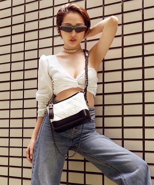Phong cách sexy, cool ngầu cũng được Bảo Anh ứng dụng trong street style tuần này. Cô diện áo một mất một còn khoe vòng một, kết hợp loạt phụ kiện của Chanel.