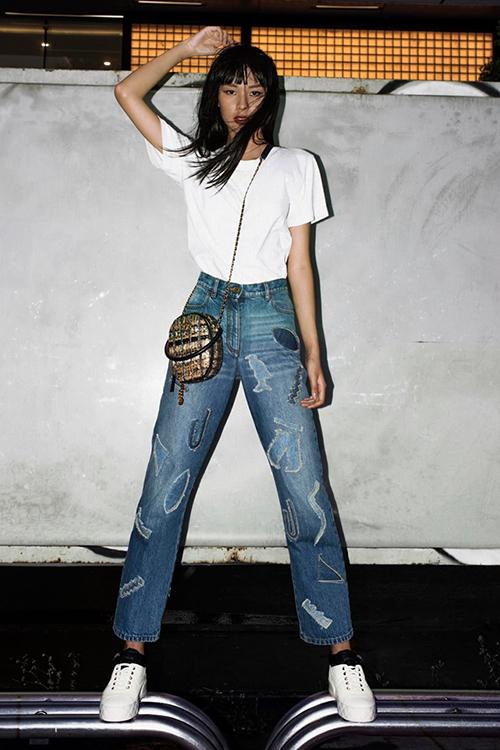 Chỉ với áo phông trắng và quần jeans cơ bản, Phí Phương Anh trông vẫn chất lừ nhờ thần thái high fashion.
