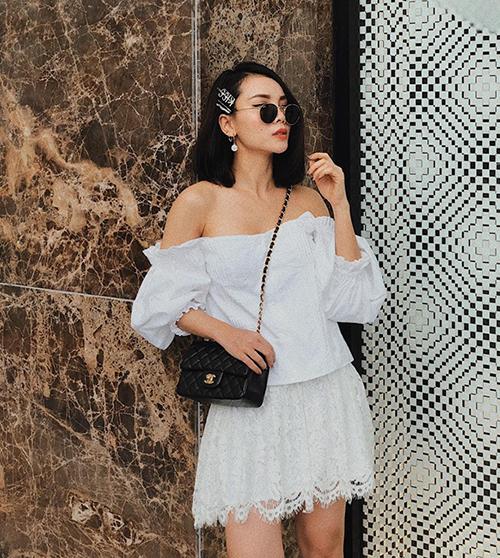 Trang phục gồm áo trễ vai và chân váy ren trắng như Yến Trang là cách mix lý tưởng cho những cô gái theo đuổi phong cách tiểu thư.