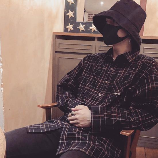 Tương tự, fanboy của Jung Kook cũng bắt chước thần tượng về phong cách thời trang và điệu bộ.