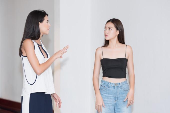 <p> Tại buổi luyện tập, Hoa hậu Mariem chỉ bảo Á hậu Tường San từng bước đi sao cho tự tin và thu hút nhất.</p>