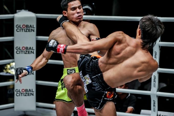 <p> Duy Nhất thi đấu nhỉnh hơn Azwan trong suốt quãng thời gian của trận đấu trước khi đánh gục đối phương xuống sàn bằng một cú đá cao chân trái hiểm hóc ở hiệp đấu thứ hai.</p>