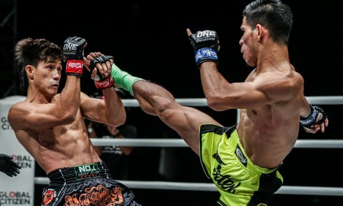 <p> Hai võ sĩ phải thi đấu đến hiệp thứ 3 để phân thắng bại. Thế trận tiếp tục hướng về Duy Nhất khi anh có những cú đấm phải đầy uy lực hạ đo ván võ sĩ người Malaysia.</p>