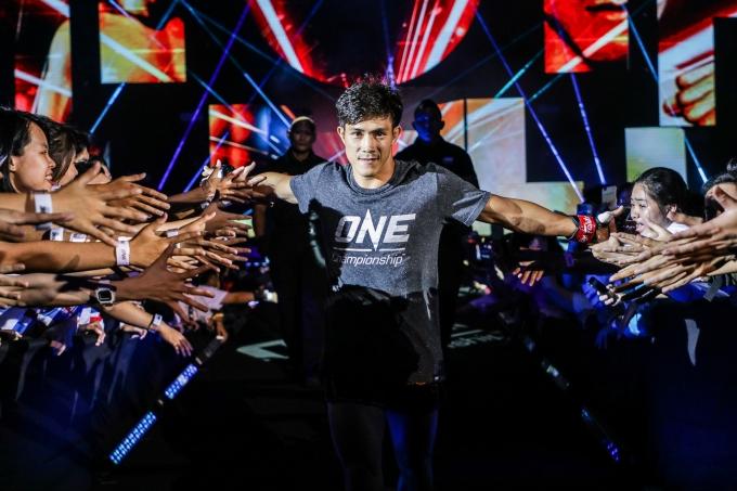 <p> Ngoài các danh hiệu thế giới về Muay Thai trong tổ chức WMF, Duy Nhất còn từng giành được HC vàng môn Muay Thai tại Đại hội thể thao châu Á trong nhà (Asian Indoor Games) năm 2009 - là VĐV Việt Nam đầu tiên làm được điều này. Anh đã thi đấu dưới nhiều thể thức khác nhau, bao gồm đấm bốc, kickboxing và Muay Thai... Võ sĩ sinh năm 1989 khéo léo kết hợp các kỹ thuật của từng loại võ để tạo nên phong cách riêng. Ngoài thi đấu, Duy Nhất còn đang điều hành phòng gym riêng tại TP HCM.</p>