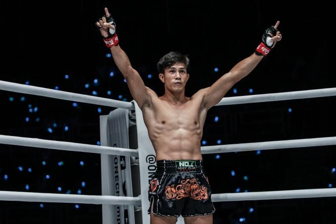 <p> Duy Nhất từng 5 lần Vô địch thế giới WMF Muay Thai. Anh bắt đầu tập luyện võ thuật từ năm 6 tuổi để tiếp nối truyền thống gia đình. Anh từng giành được đai đen trong môn võ cổ truyền nhưng sau đó quyết định tập trung cho Muay Thai.</p>