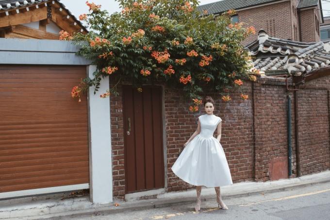 <p> Trong chuyến đi du lịch Hàn Quốc gần đây, Sam thực hiện những bức ảnh kỷ niệm khoe nhan sắc. Sam khám phá từng con đường, từng ngõ ngách mang màu sắc kiến trúc truyền thống ở xứ kim chi.</p>