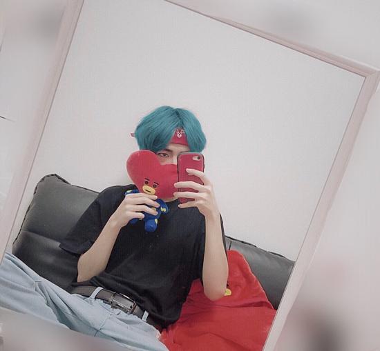 Fanboy của V nhuộm tóc xanh, mặc những outftit đặc trưng của anh chàng.