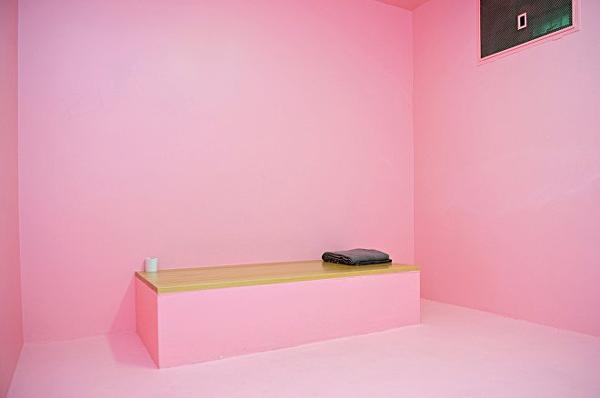 Căn phòng màu hồng trong các trại giam.